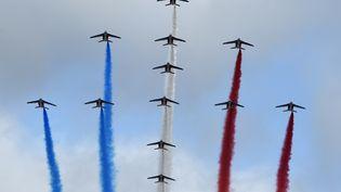 La patrouille de France dessine une croix de Lorraine dans le ciel de Paris le 14 juillet 2015. (ALAIN JOCARD / AFP)