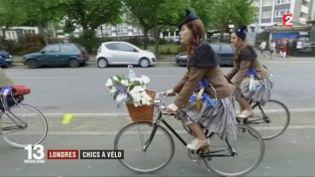 Au Royaume-Uni, la Tweed Run est un événement emblématique de Londres. Cette course à vélo se fait en vêtements d'époque, et les participants prennent cela très au sérieux. (FRANCE 3)
