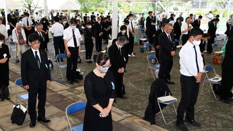 Des Japonais observent une minute de silence en hommage aux milliers de victimes de Nagasaki, le 9 août 2020. (AFP/YOMIURI)