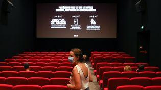 Une femme dans une salle de cinéma, en juin 2020. (ALEXIS SCIARD  / MAXPPP)
