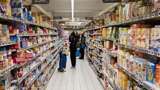 Des clients dans les rayons d'un supermarché, illustration. (ALEXIS SCIARD  / MAXPPP)