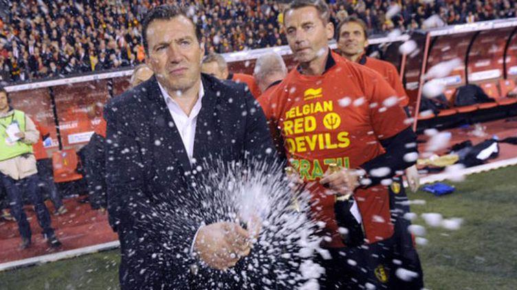 Marc Wilmots sabre le champagne après la qualification de la Belgique pour le Mondial-2014