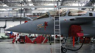 Un avion Rafale dans l'usine d'assemblage de Dassault à Bordeaux (Gironde) le 10 janvier 2014. ( BENOIT TESSIER / REUTERS )