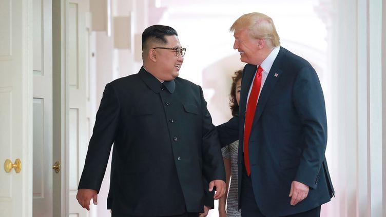 Donald Trump et Kim Jong-un discutent en marge du sommet entre leurs deux pays, à Singapour, le 12 juin 2018. (KCNA VIA KNS / AFP)