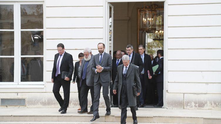 Edouard Philippe et les différentes parties calédonniennes, à Matignon (Paris), le 2 novembre 2017. (JACQUES DEMARTHON / AFP)