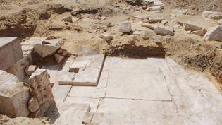 Une photo, diffusée par le ministère égyptien des Antiqutiés le 3 avril 2017, montre les vestiges d'une pyramide découverts à Dahchour. (EGYPTIAN ANTIQUITIES MINISTRY / AFP)