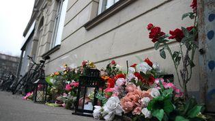 Des fleurs déposées à l'endroit où a été tué l'auteur présumé des attentats perpétrés les 14 et 15 février 2015 à Copenhague (Danemark). (BRITTA PEDERSEN / DPA / AFP)