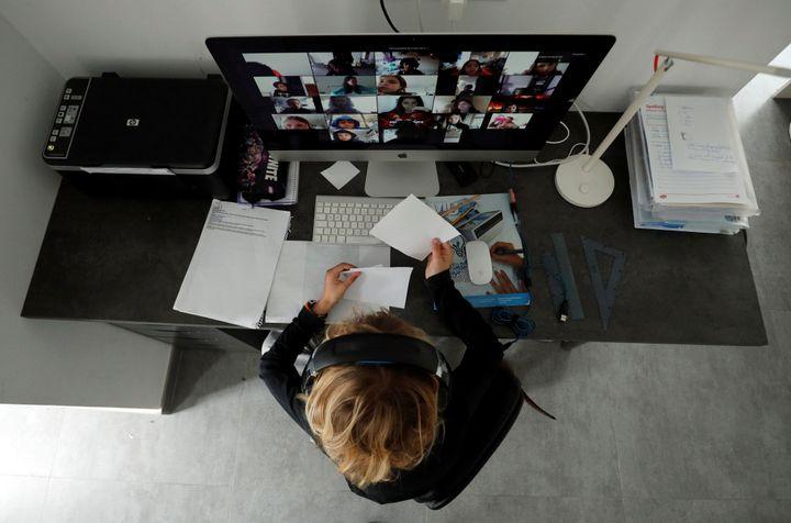 Une étudiante suit ses cours en ligne durant le confinement à El Masnou (Espagne), le 2avril 2020. (ALBERT GEA / REUTERS)