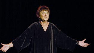 La chanteuse Anne Sylvestre, le 4 novembre 2003, lors d'un concert à Paris. (STEPHANE DE SAKUTIN / AFP)