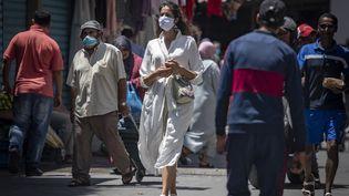 Femme portant un masque dans une rue de Tanger, le 14 juin 2020. (FADEL SENNA / AFP)