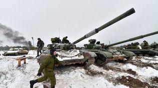 Des officiers ukrainiens s'entraînent près du village de Desna (Ukraine), le 13 février 2015. (SERGEI SUPINSKY / AFP)