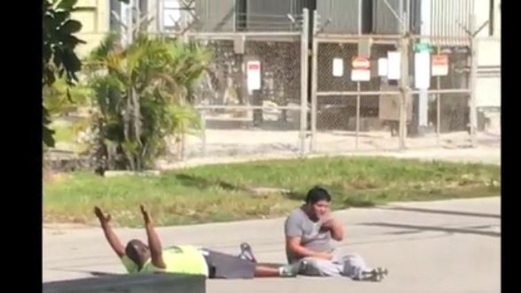 Une vidéo tournée, lundi 18 juillet 2016, par un témoin montre Charles Kinsey et un jeune homme autiste, visés par des policiers, dans une rue de Miami (Etats-Unis). (HILTON NAPOLEON)