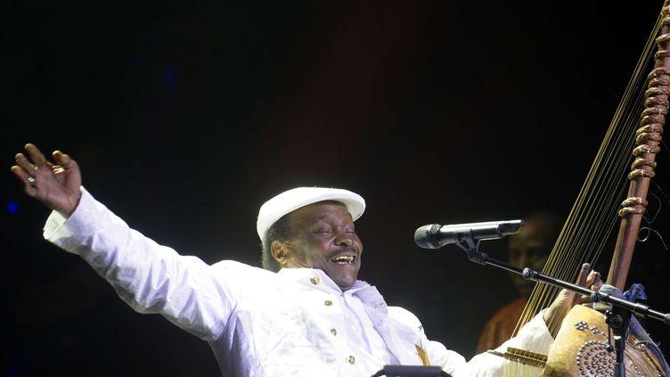 Le chanteur guinéen Mory Kanté le 27 novembre 2011 à Paris, Salle Pleyel, lors d'une cérémonie de remise de prix de la Sacem, la Société des auteurs, compositeurs et éditeurs de musique. (SADAKA EDMOND / SIPA)