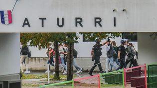 L'intervention des gendarmes au collège Aturri de Saint-Pierre-d'Irube (Pyrénées-Atlantiques), le 21 octobre 2021. (BERTRAND LAPÈGUE / MAXPPP)