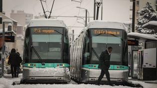 Le tramway bloqué à cause de la neige à Châtillon, dans les Hauts-de-Seine, mercredi 7 février 2018. (MAXPPP)