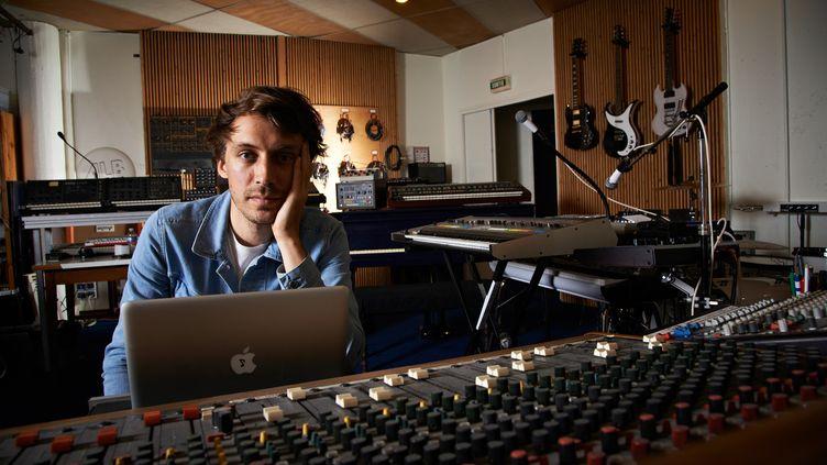 Le musicien électronique Yuksek, dans son studio à Reims, le 25 juin 2013. (FUTURE MUSIC MAGAZINE / FUTURE PUBLISHING / GETTY IMAGES)