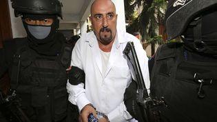 Serge Atlaoui (centre) est escorté par des policiers à son arrivée au tribunal de Tangerang (Indonésie), le 11 mars 2015. (TATAN SYUFLANA / AP / SIPA)