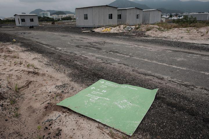 Des bâtimentsen préfabriqué abandonnées aux abord du parcours du golf, le 23 novembre 2016. (YASUYOSHI CHIBA / AFP)