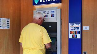 Un distributeur automatique de billets àLocmaria-Plouzane (Finistère). Photo d'illustration. (FRED TANNEAU / AFP)