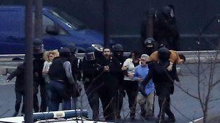 Le 9 janvier 2015, des rescapés de l'Hyper Cacher, porte de Vincennes, à Paris.