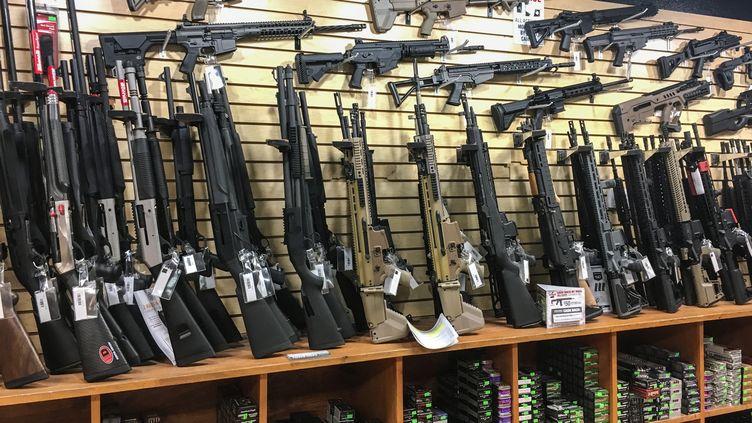 Des armes semi-automatiques en vente dans une armurerie de Las Vegas (Etats-Unis), le 4 octobre 2017. (ROBYN BECK / AFP)