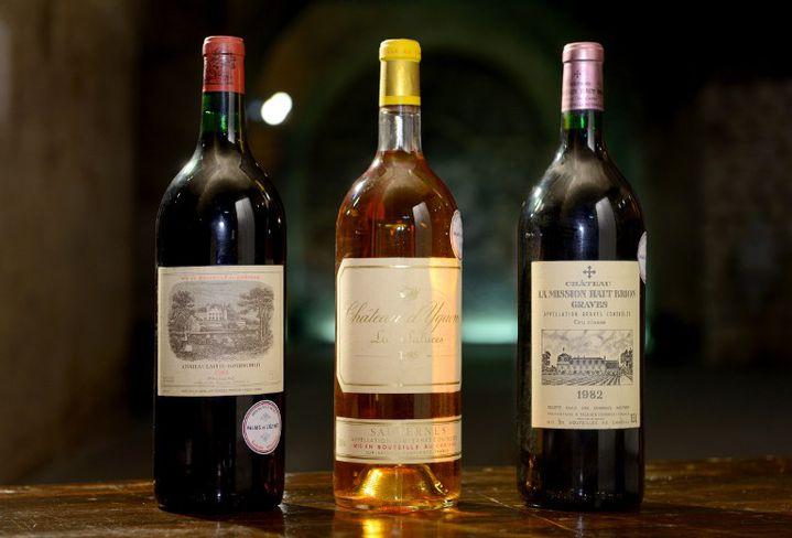 Vente aux enchères de bouteilles de vin de la cave de l'Elysée, le 30 mai 2013, à Issy-les-Moulineaux (Hauts-de-Seine).  (ERIC FEFERBERG / AFP)
