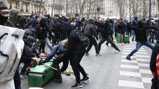Des jeunes affrontent des policiers au cours d'une manifestation d'étudiants et de lycéens à Paris, le 24 mars 2016. (FRANCOIS MORI/  AP / SIPA)