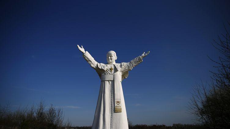 Statue du pape Jean-Paul II, à Czestochowa, dans le sud de la Pologne, le 2 avril 2014. (KACPER PEMPEL / REUTERS)