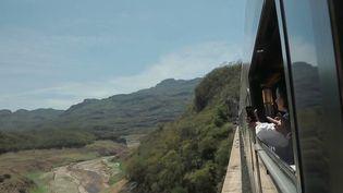"""Le train """"ElChepe"""" embarque les passagers à plusieurs mètres d'altitude, dans les canyons de""""LasBarrancasDelCobre"""", au Mexique. (France 2)"""