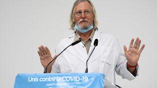 Le professeur de médecine français et directeur de l'institut médical IHU des maladies infectieuses Didier Raoult s'exprime lors de la conférence de presse sur la situation du Covid-19 à Marseille, le 27 août 2020. (CHRISTOPHE SIMON / AFP)