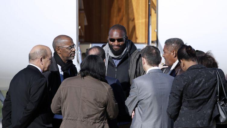 Thierry Dol (au centre), lors de sa descente d'avion sur l'aéroport deVillacoublay (Yvelines), le 30 octobre 2013. (KENZO TRIBOUILLARD / AFP)