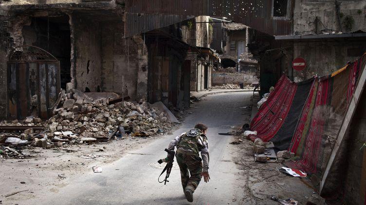 Un rebelle syrien dans une rue d'Alep, dans le nord de la Syrie, le 11 mars 2013. (J.-M. LOPEZ / AFP)