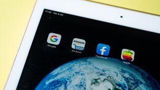 Une tablette tactile comportant les applications Facebook, Amazon, Apple et Google, le 8 octobre 2020, à Paris. (RICCARDO MILANI / HANS LUCAS / AFP)