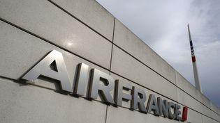 Logo Air France sur un mur du siège social à Roissy-en-France (Val-d-Oise). (THOMAS SAMSON / AFP)