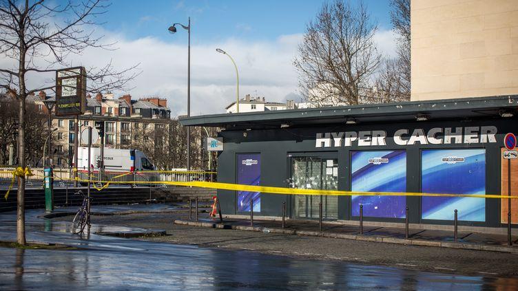 Un périmètre a été installé autour de l'Hyper Cacher de la Porte de Vincennes, après la prise d'otages par Amedy Coulibaly, le 14 janvier 2015, à Paris. (MICHAEL BUNEL / NURPHOTO / AFP)
