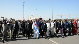 Kalzeubé Pahimi Deubet (en blanc,au centre de la photo), alors Premier ministre, participe à un rassembement à N'djamena, capitale du Tchad, le 17 janvier 2015. (STRINGER / AFP)