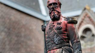 Une statue du roi Léopold II de Belgique, le 4 juin 2020 à Anvers, teintée de rouge après avoir été dégradée la nuit précédente. (JONAS ROOSENS / BELGA / AFP)