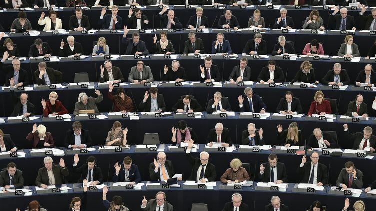 Des eurodéputés votent au Parlement européen à Strasbourg le 8 mars 2016. (FREDERICK FLORIN / AFP)