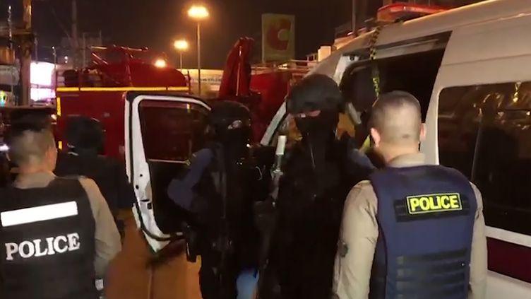La police thaïlandaise arrive sur la scène d'une tuerie de masse à Korat, le 8 février 2020. (MCOT / MCOT PUBLIC COMPANY LIMITED)
