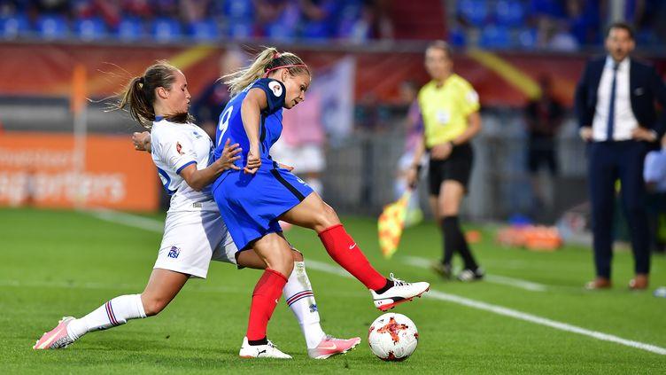 Eugénie Le Sommer tente de s'extirper de la défense islandaise (TOBIAS SCHWARZ / AFP)