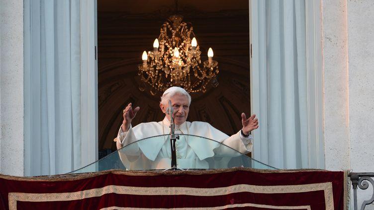 Une foule nombreuse et émue a salué, jeudi 28 février 2013 dans l'après-midi, l'adieu final de Benoît XVI depuis le balcon de sa résidence de Castel Gandolfo (Italie). (FILIPPO MONTEFORTE / AFP)