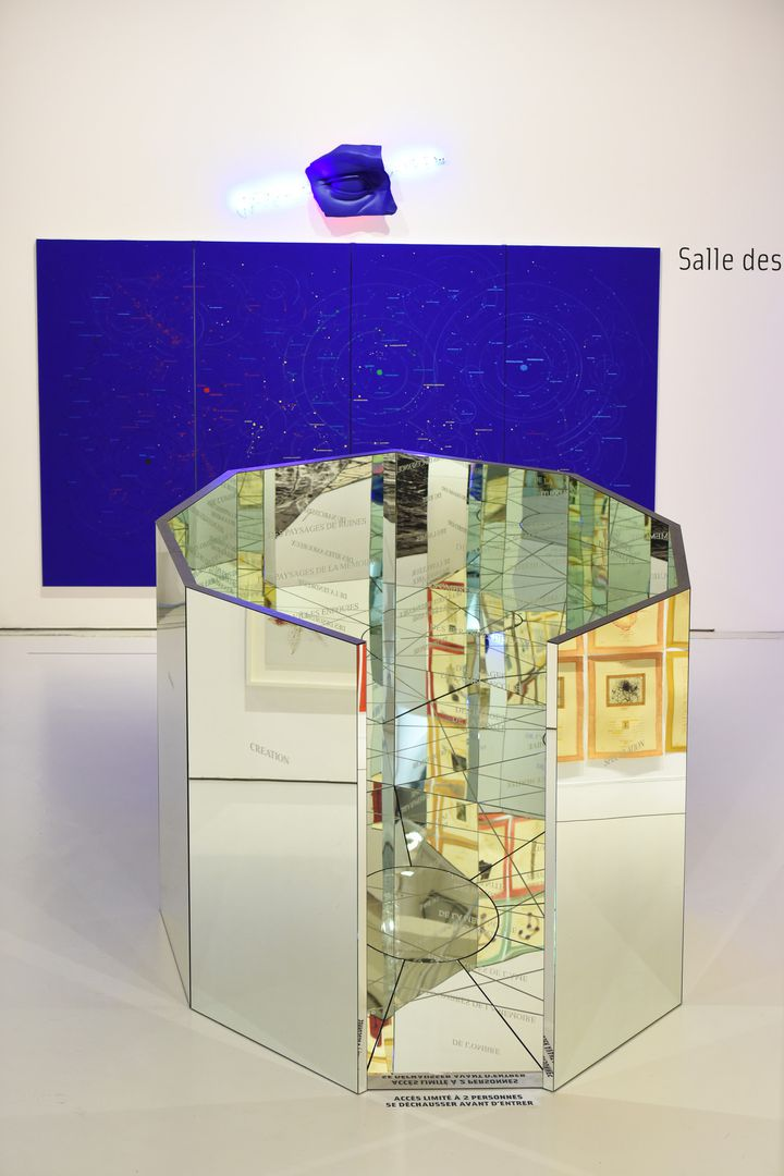 Le labyrinthe de la mémoire, 2008, construction nonagonale en miroirs, H 250 cm x L 400 x L 300 cm.  (Charlotte Piérot © Saint-Etienne Métropole - ADAGP, Paris 2016)