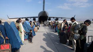 Un avion del'US Air Force évacuedes personnes d'Afghanistan à l'aéroport international Hamid Karzai (HKIA),le 25 août 2021. (DONALD R. ALLEN / US AIR FORCE / AFP)