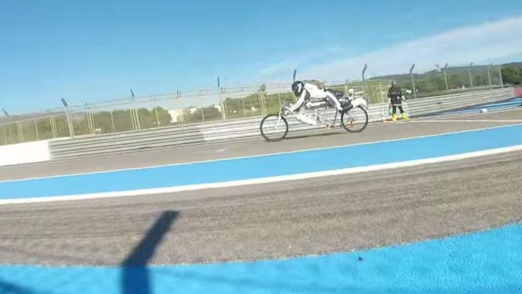 François Gissy, monté sur son vélo-fusée, lors de son record du monde de vitesse à vélo, le 7 novembre 2014 au Castelet (Var). (YOUTUBE)