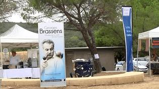 Des animations en hommage à George Brassens ont été installés sur l'aire de Loupian ce mardi.  (capture d'écran France 3 / Culturebox)