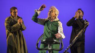 """""""Trenet, le revenant"""" au Hall de la chanson à Paris : de gauche à droite, Loïc Renard (chant), Serge Hureau (chant, mise en scène), Clément Caratini (direction musicale, clarinette basse) (NABIL BOUTROS)"""