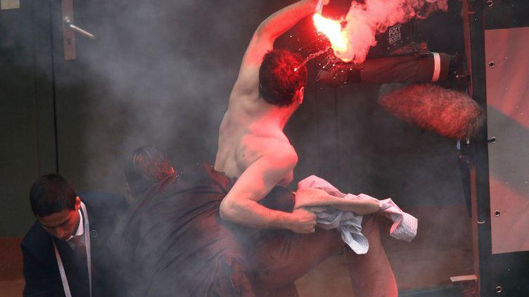 """Un """"Hommen"""", militant de la cause masculiniste, perturbe la finale de Roland-Garros sur le court Philippe-Chatrier, le 9 juin 2013 à Paris. (THOMAS COEX / AFP)"""