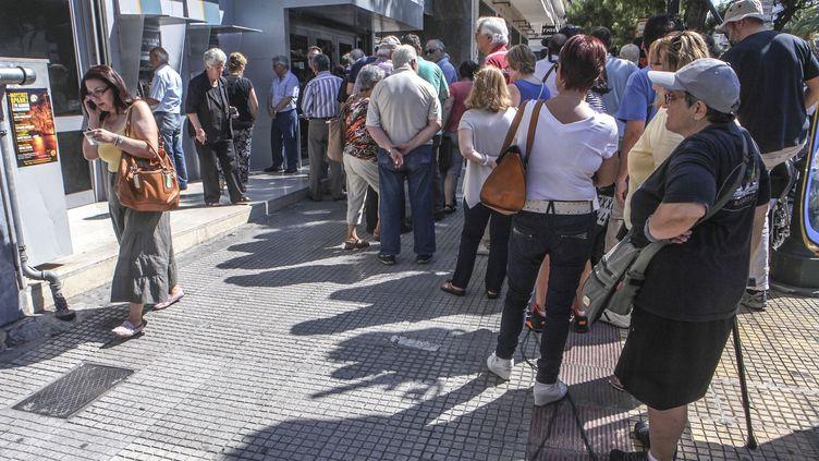 Des retraités attendent de retirer leur pension devant une banque à Athènes (Grèce), le 1er juillet 2015. (AYHAN MEHMET / ANADOLU AGENCY)