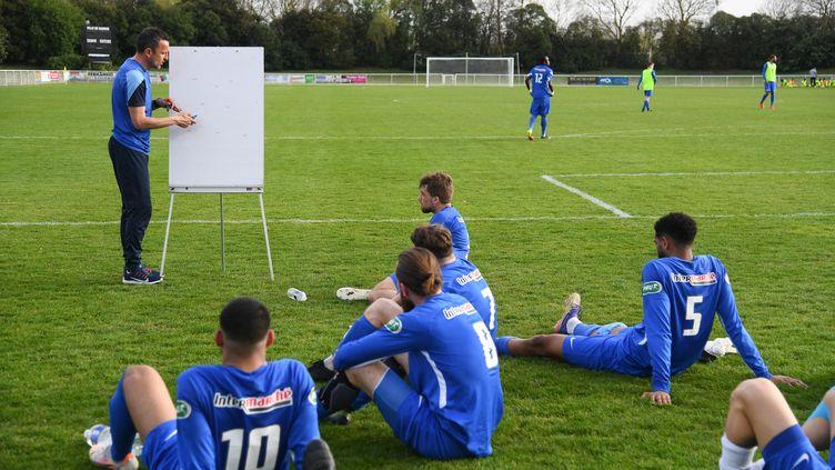 Les joueurs de l'Olympique Saumur avant leur match de Coupe de France face à Toulouse, le 31 mars 2021.  (JOSSELIN CLAIR / MAXPPP)