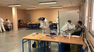 Une opération de dépistage du Covid-19 a eu lieu dans le lycée général de Puteaux (Hauts-de-Seine), le 24 novembre 2020. (ALEXIS MOREL / RADIOFRANCE)